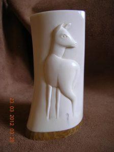 Chevreuil à l'écoute - sculpture en ivoire / Bone Carving