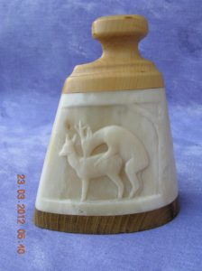 Sculpture de chevreuil / sculpture sur os animalière / Bone Carving