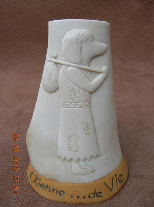 La chienne de vie - sculpture animalière en os / Bone Carving