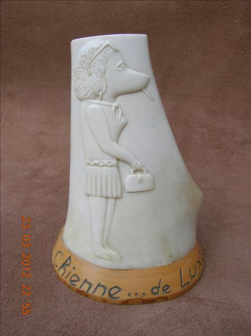 La chienne de luxe - sculpture animalière en os / Bone Carving