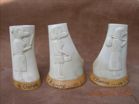 Rassemblement de chiennes - sculpture sur os animalière / Bone Carving