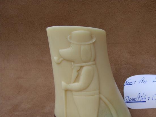 Sherlock ou le chien de police - sculpture animalière sur os / Bone Carving